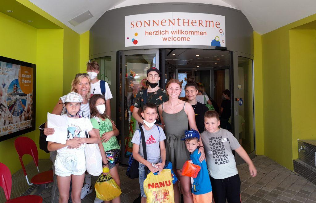 Kindergruppe vor Therme